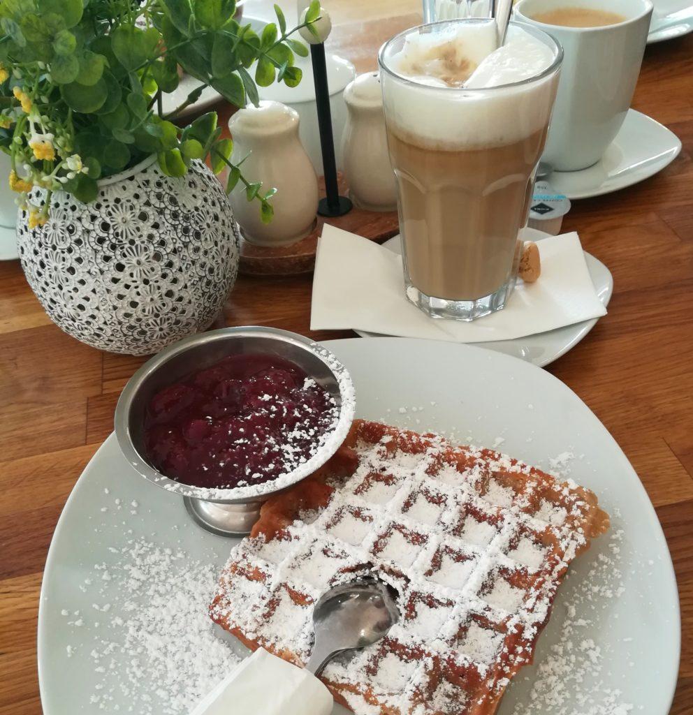 Frische vegane Waffel mit Pflaumenkompott im Café Flora in Bad Harzburg