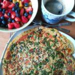 Kichererbsen Omelette mit frischem Gemüse zum Frühstück