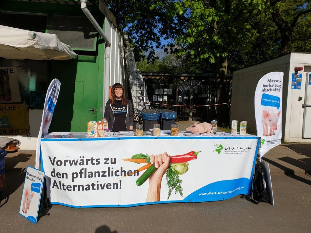 Aktionsstand der Albert Schweitzer Stiftung beim Tierheimfest Hamburg