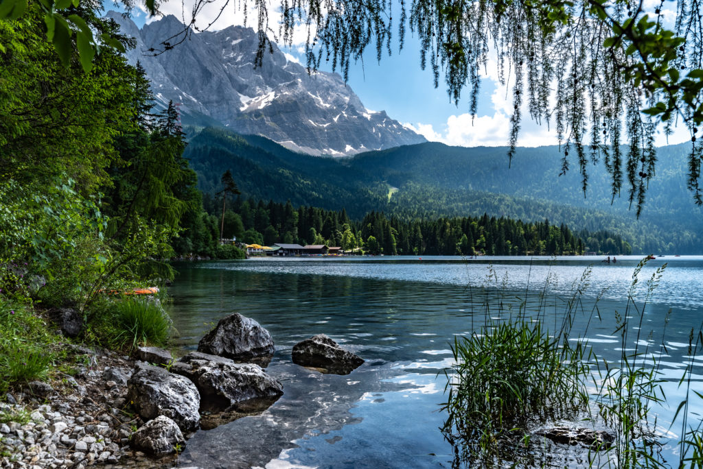 Glasklares Wasser im Eibsee in Garmisch-Partenkirchen unterhalb der Zugspitze