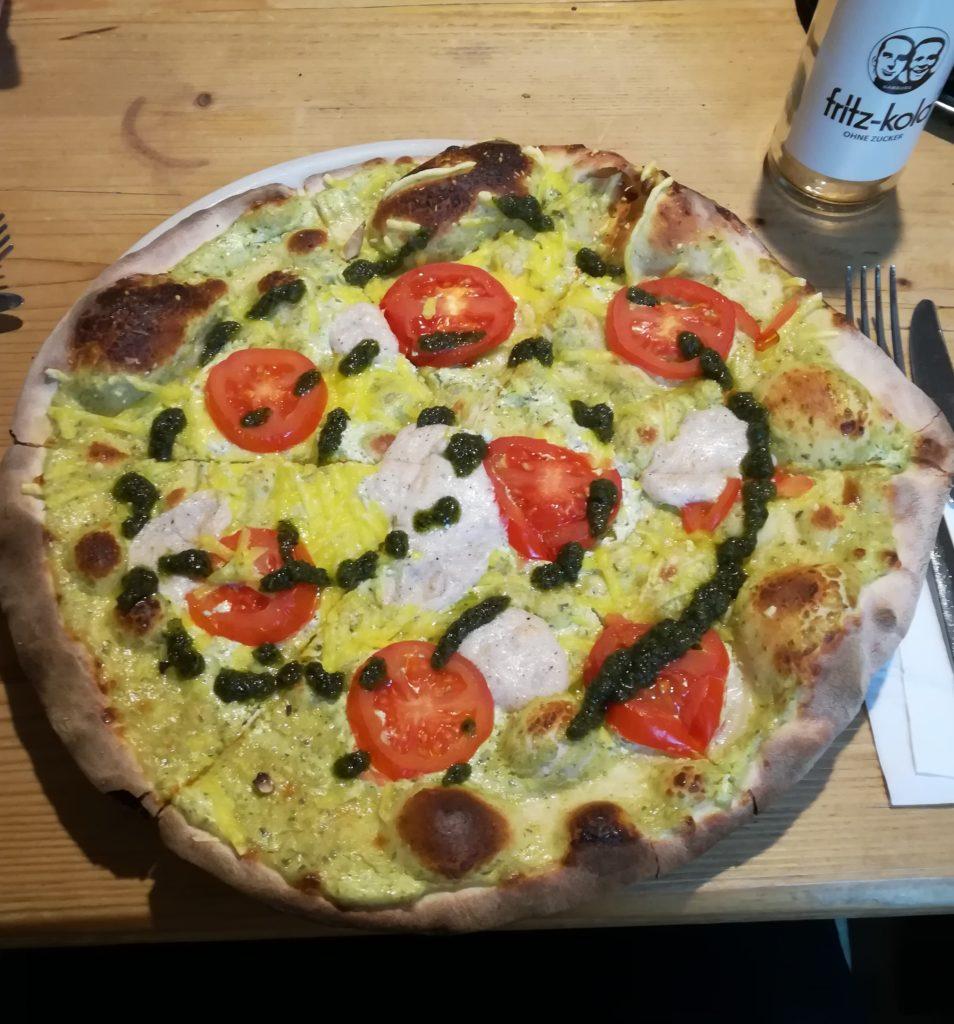 Pizza mit Cashew Mozarella bei der Pizza-Bande