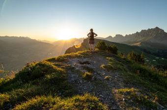Sonnenuntergang auf dem Berggipfel